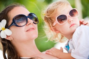 מעודדים את הילדים והנוער להרכיב משקפי שמש