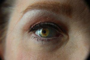 נגיף הקורונה והשימוש בעדשות מגע – סקירה מלאה
